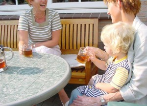 Gevaar voor brandwonden is groot bij combinatie bij kind op schoot en thee drinken